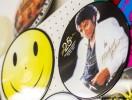 Neprůhledné vinylové desky s vytištěnou fotografií. Motiv obličeje a postavy Michael Jackson a motiv smajlík.