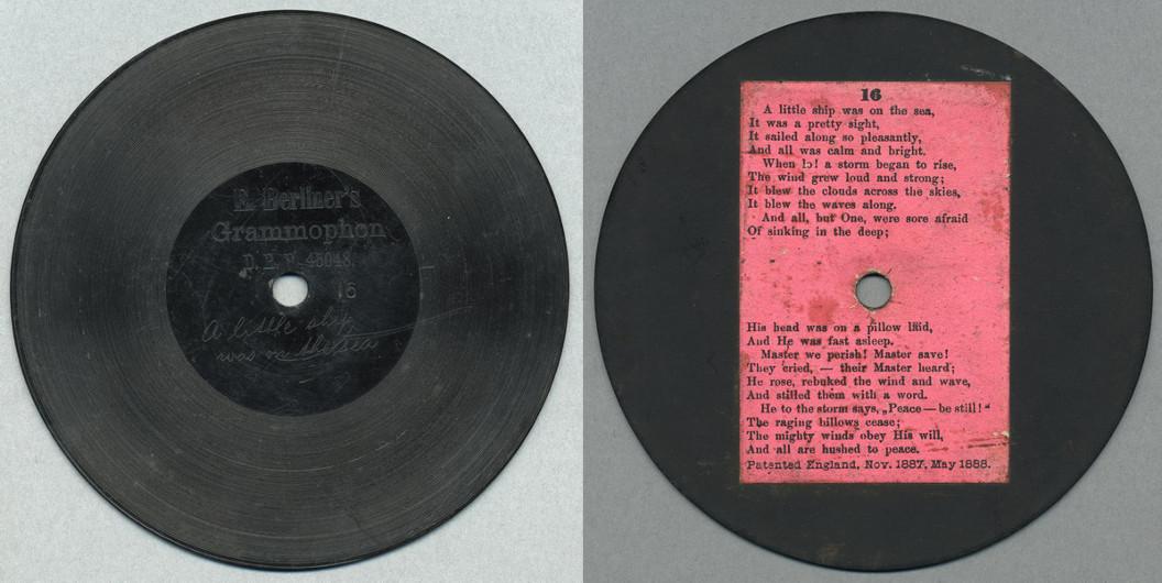 Ebonitová deska, vyrobená z tvrdé pryže. Jedna z prvních komerčně vydaných gramofonových desek.
