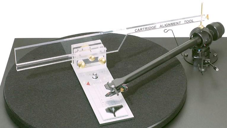 Nastavení přenosky plastovým pravítkem-šablonou. Pravítko má i zrcátko pro kontrolu nastavení úhlu hrotu vůči gramofonové desce.