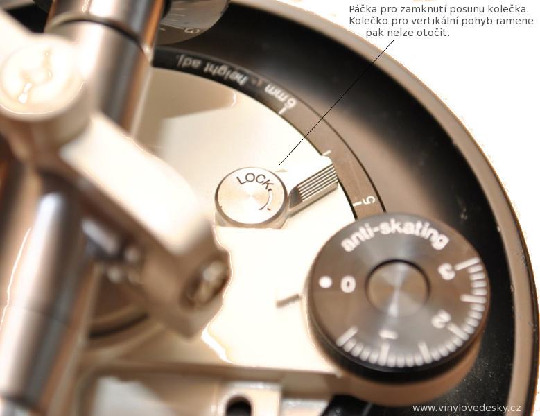 Jistící páčka proti posunu výsuvného mechanismu raménka gramofonu