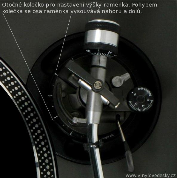 Nastavení výšky raménka gramofonu-přenosky otočným kolečkem.