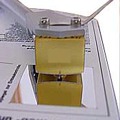 Svislé-kolmé nastavení hrotu přenosky k ploše gramofonové desky, zrcátko na nastavovací šabloně.