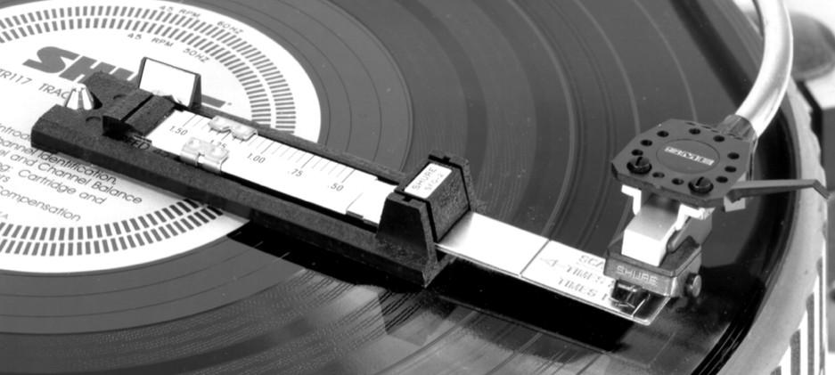 Mechanická váha pro vyvážení přenosky na raménku gramofonu.