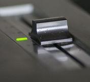 DJ gramofon a pitch na hodnotě 0. Zelená dioda signalizuje klidový stav jemné regulace rychlosti-pitch na nule