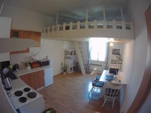 Nájem byty, Praha. kuchyňská linka, jídelna, patro.