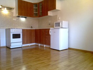 Pronájem byt Praha, Košíře. Kuchyň, kuchynská linka, trouba, sporák, lednice. odsavač par-digestoř,2 dřezy.