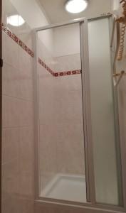 Nájem byt Praha, sprchový kout, zatahovací dveře ve sprchovém koutu.