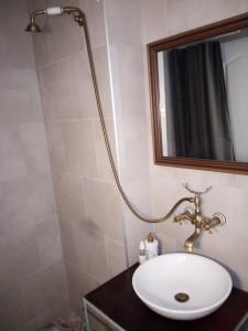 Chata k pronájmu u vody, umyvadlo, zrcadlo, sprchový kout.