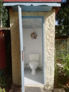 Chata, dovolená - Jesenická přehrada. Druhé WC, splachovací - zděné na zahradě s bidetovou sprchou.