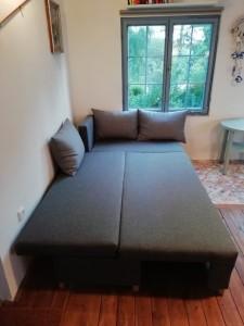 Chata, gauč rozkládací-postel pro dvě osoby. Výhled na zahradu a přehradu.Chata k pronájmu u vody-Jesenická přehrada