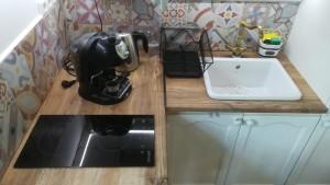 Pronájem chaty i vody. Voda interiér, kuchyň, vybavení, varná deska, espresso, varná konvice, dřez, gril