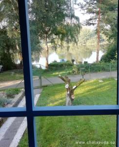 Pronájem, chata u vody, přehrada Jesenice jen 10 metrů od hranice pozemku. Zahrada, loď, pramice, molo.