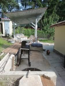 Pronájem chaty, zahrada a terasa k odpočinku, grilování, bylinky k natrhání volně k dispozici. Koupání v Jesenické přehradě.